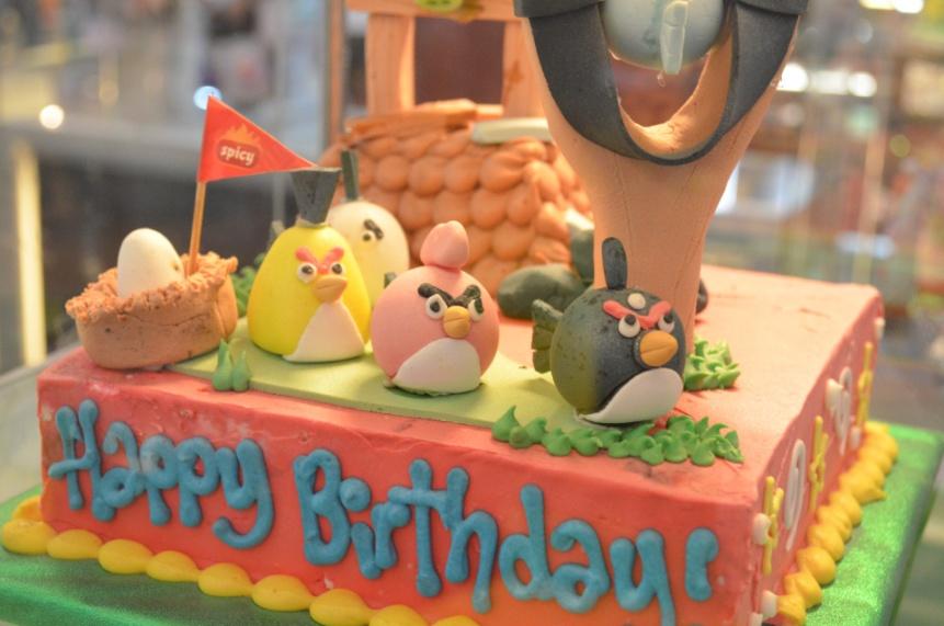 仕事仲間の誕生日を祝福するユニークなケーキとは?