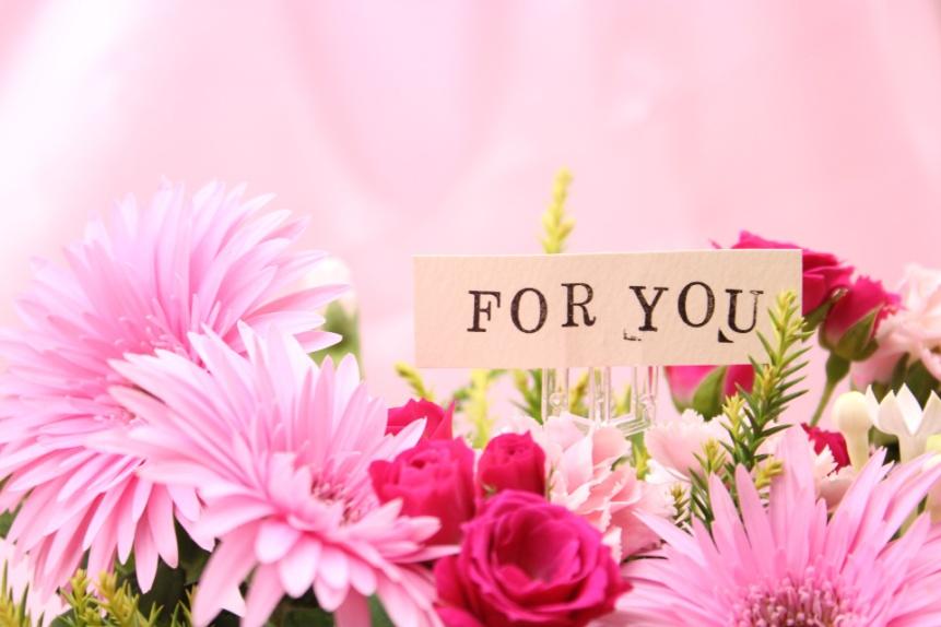 お祝いの花束に、さりげなく「愛」を添えて…